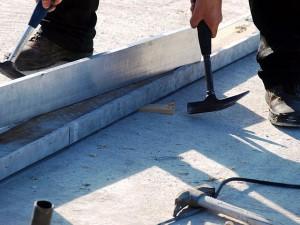 Surprinzator, dar pentru acele zone in care fundatia este mai joasa – este vorba despre diferente de 1-2 centimetri sunt folosite sipci de lemn pentru a se aduce talpile la nivel. Desigur, alinierea lor se verifica cu ajutorul bulei de nivel, un instrument intens utilizat pe toata durata santierului.