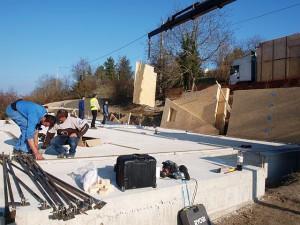 Una dintre provocarile ridicate de situl de constructie a fost reprezentata de faptul ca descarcarea panourilor de lemn a trebuit sa se faca pe dedesubtul unei linii de curent.